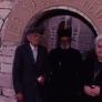 Überlebende: Der Dorflehrer Chrístos Pappás mit seiner Ehefrau und dem Dorfgeistlichen Pater Cholévas vor der Kirche in Lyngiádes, 1990